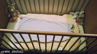peau d'agneau dans lit bébé